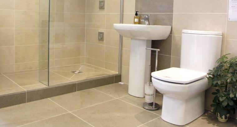 Baño con piso de ceramica