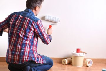 Hombre pintando.